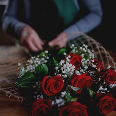 Regalar ramos de rosas rojas hace que ocurran cosas maravillosas